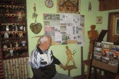 SRBAC-Dusan-Lepir-pored-skulpture-Novaka-Djokovica-i-panoa-sa-novinskim-clancima-o-njegovom-radu