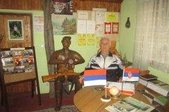 SRBAC-Dusan-Lepir-u-lovackom-muzeju-pored-skulpture-lovca-svog-autoportreta