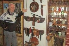 SRBAC-Dusan-Lepir-u-muzeju-pokazuje-oruzje-i-opremu