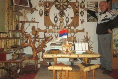 SRBAC-Dusan-Lepir-u-muzeju-pored-trofeja-divljaci2